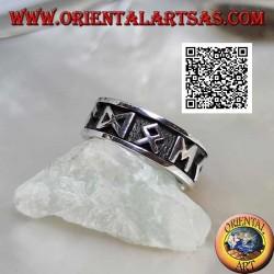 Anillo de plata con banda grabada con símbolos y M en bajorrelieve