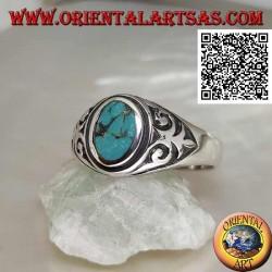 Bague en argent avec turquoise ovale naturelle avec lys impérial en bas-relief sur les côtés