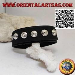 Bracciale in vero cuoio, borchie coniche su fascetta con chiusura a clip e 2 lunghezze (nero)