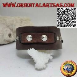 Bracciale in vero cuoio, borchie coniche e fascetta centrale con chiusura a fibbia e 5 lunghezze (marrone)
