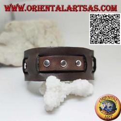 Bracciale in vero cuoio, borchie su fascetta spezzettata con chiusura a fibbia e 5 lunghezze (marrone)