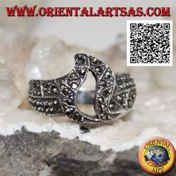 Anello in argento a fascia con fiamma traforata centrale tempestato di marcassite