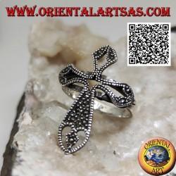Bague en argent en forme de croix latine ajourée parsemée de marcassite