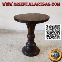 Table basse ronde avec piètement central conique fleuri sculpté à la main en bois de teck (72 cm)