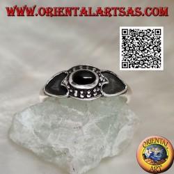 Silberring mit ovalem Onyx, umgeben von Kugeln und Herz an den Seiten ausgehöhlt