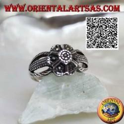 Anello in argento a forma di fiore a sei petali agganciato a tre fili tempestato di marcassite