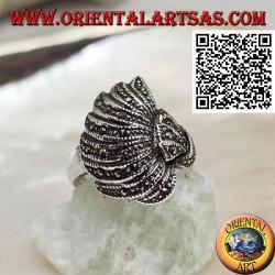 Anello in argento a ventaglio bombato tempestato di marcassite