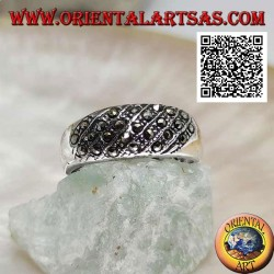 Anello in argento a fascia larga con linee oblique di marcassite sul davanti