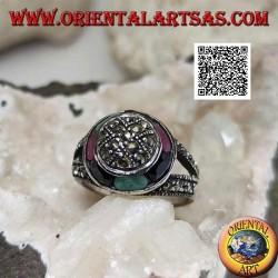 Anello in argento a cupola tempestata di marcassite e anello circolare di smeraldi, rubini e zaffiri ovali naturali