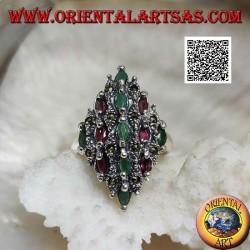 Anillo de plata rombo tachonado de rubíes y esmeraldas naturales escalonadas ovaladas y marcasita