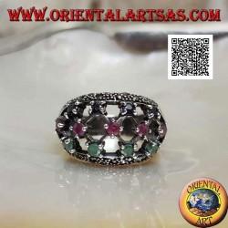 Anello in argento a fascia con rubini,smeraldi e zaffiri tondi incastonati su tela traforata e marcasite
