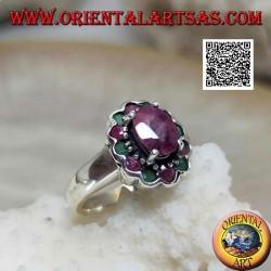 Anello in argento con rubino ovale naturale incastonato rialzato contornato da rubini e smeraldi tondi
