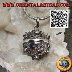 """Ciondolo in argento """"Chiama Angeli"""" con fiorellini in rilievo e zircone rosa centrale (Ø 20mm.)"""