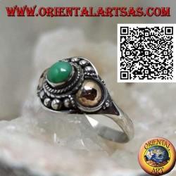 Bague en argent avec une sphère de jade et des plaques d'or sur les côtés