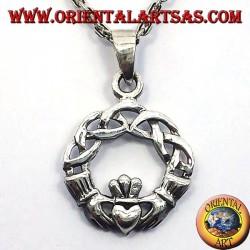 colgante de plata de Claddagh con nudo celta