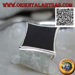 Bague en argent avec onyx rectangulaire concave étroit sur les côtés avec bord lisse