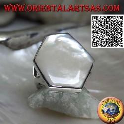 Bague en argent avec nacre hexagonale irrégulière sertie sur un bord lisse