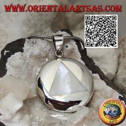 Ciondolo in argento con madreperla triangolare incastonata a filo bordo su piastra tonda liscia