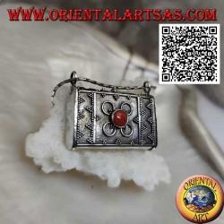 Ciondolo a scatola in argento a forma di borsetta con decorazioni in rilievo e corallo tibetano centrale