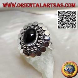 Silberring mit ovalem Cabochon-Onyx, umgeben von Kugeln und Scheiben
