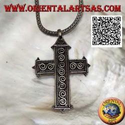 Silberner lateinischer Kreuzanhänger mit S-förmigen Spiralen im Basrelief und den Kugelenden
