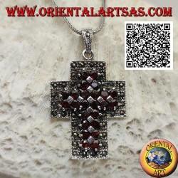 Colgante cruz cristiana de plata con brazos anchos con dos hileras de granates redondos naturales rodeados de marcasita