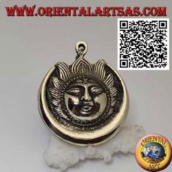 Pendentif népalais éclipse de soleil et de lune avec visage en relief en laiton