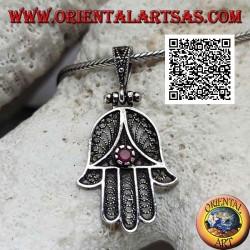 Ciondolo in argento mano di Fatima a decorazione etnica traforata e zircone color rubino incastonato (ossidato)