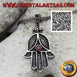 Silberanhänger Hand of Fatima mit perforierter ethnischer Dekoration und rubinrotem Zirkon (oxidiert)