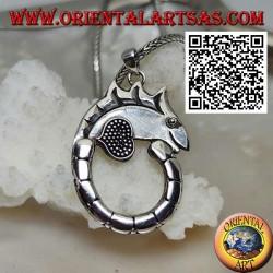 Ciondolo in argento a forma di camaleonte con coda lunga a cerchio