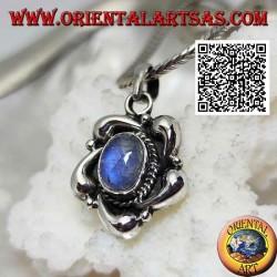 Ciondolo in argento con labradorite azzurra ovale al centro di un fiore