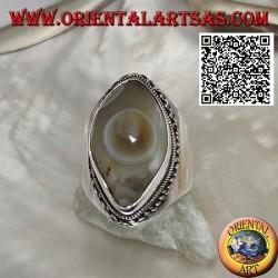 Anello in argento con agata occhio di Shiva beige a navetta e bordo a catena su montatura liscia