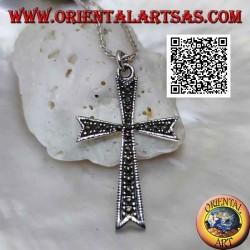 Colgante de cruz latina de ocho puntas en plata con incrustaciones de marcasita