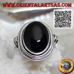 Silberring mit ovalem Onyx, umgeben von glatten Scheiben auf verschiedenen Ebenen