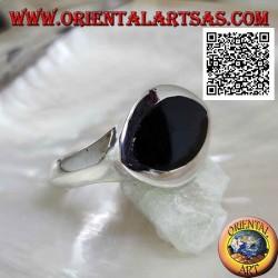 Anello in argento con onice a navetta orizzontale a filo bordo su montatura liscia