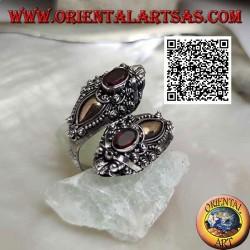 Anello in argento doppia testa di drago nepalese con granato ovale e placca d'oro 14 carati, fatto a mano