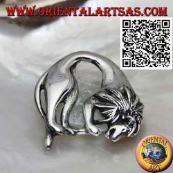 Spilla in argento, leone (re della foresta) piegato mentre si nutre
