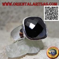 Bague en argent avec onyx carré biseauté à facettes sur monture lisse