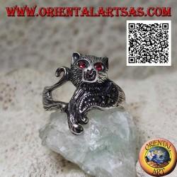 Anello in argento a forma di gatto avvolgente con petto di marcasite e occhi di granato