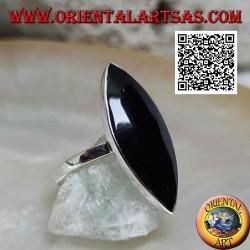 Bague en argent avec grande navette onyx au ras du bord sur un sertissage lisse