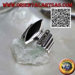 Anello in argento a fasce verticali lisce e tempestate di marcassite con onice a navetta centrale