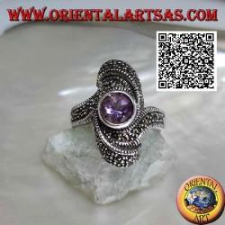 خاتم من الفضة مرصع بجمشت دائري طبيعي في وسط دوامة بيضاوية مرصعة بالماركاسيت