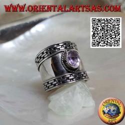 خاتم عريض من الفضة مع جمشت بيضاوي الأوجه وفتحة على الأطراف