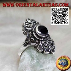 Bague en argent avec onyx rond sur un sertissage florentin parsemé de marcassite
