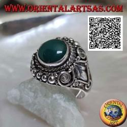 Bague en argent avec cabochon rond en agate verte entourée d'un décor mixte de style impérial