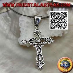 Silberner byzantinischer Kreuzanhänger mit durchbrochener Dekoration und lilienförmigen Anschlüssen