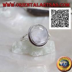 Bague en argent avec pierre de lune cabochon ovale sur serti simple et chant triangulaire sur les côtés