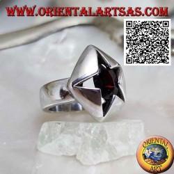 Bague pentagonale en argent avec grenat ovale facetté serti dans une étoile irrégulière