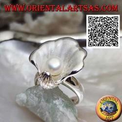 Bague en argent satiné avec perle d'eau douce dans le manteau d'huître