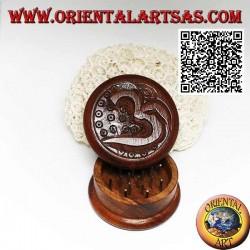 """مطحنة تبغ من خشب الماهوجني بمصطلح هندوسي سنسكريتي منحوت Om """"ॐ"""" 5 سم Ø"""